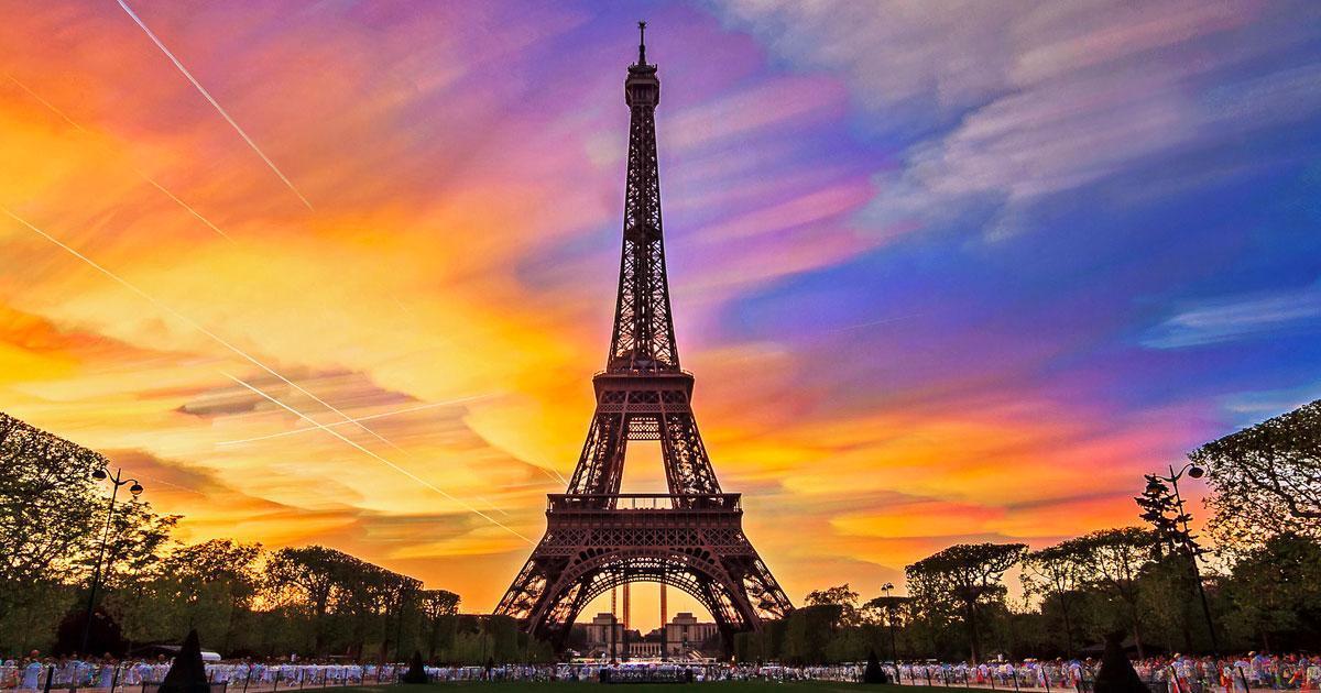 La tour Eiffel sera illuminée d'une couleur spécial aujourd'hui.