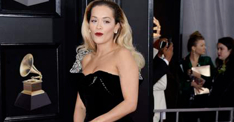 Grammy Awards 2018 : Accident de robe pour Rita Ora avec sa robe extrêmement fendue