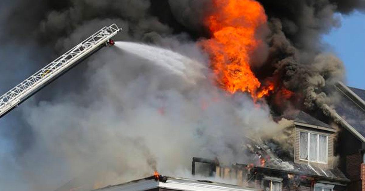 DERNIÈRE HEURE: Un immeuble à condos est la proie d'un violent incendie sur la Rive Sud de Montréal
