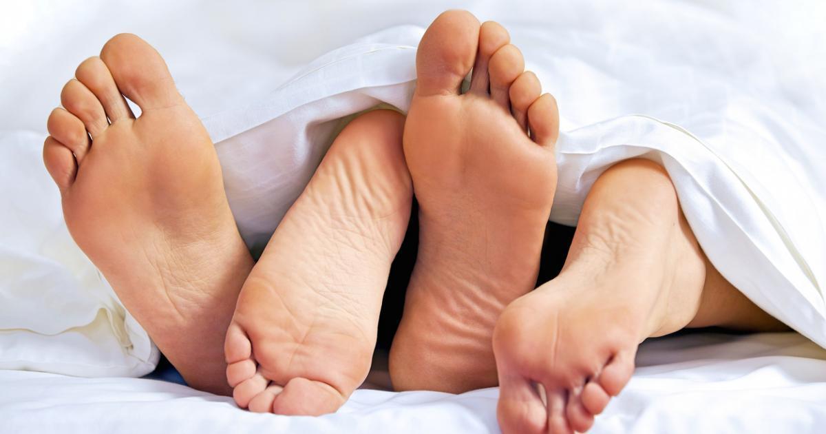 Une femme surprise au lit avec son amant par son mari lui mord le pénis avant de s'enfuir.
