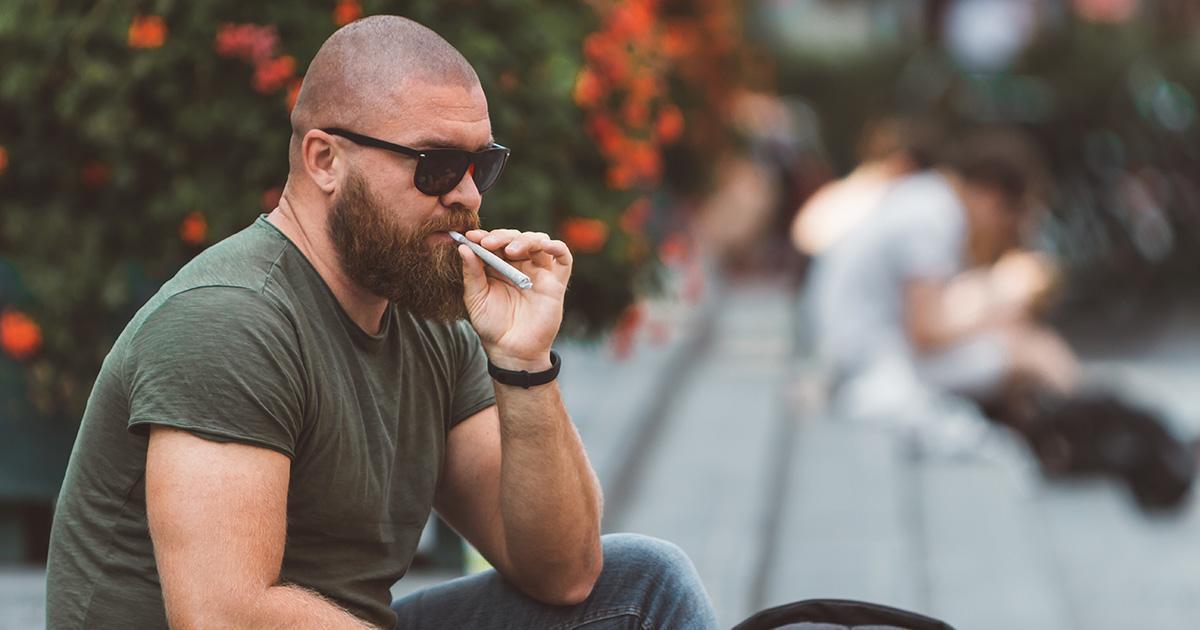 Fumer des joints devant ses enfants serait très dangereux pour leur santé