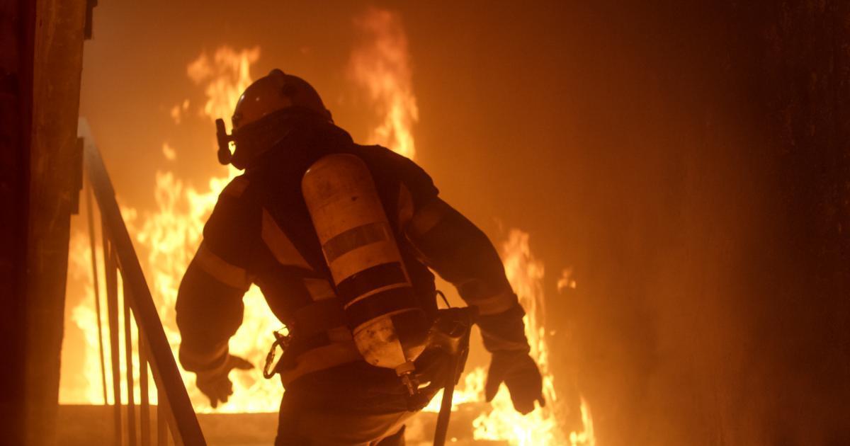 Trois enfants meurent enfermés dans l'incendie de leur maison alors que la mère est absente.