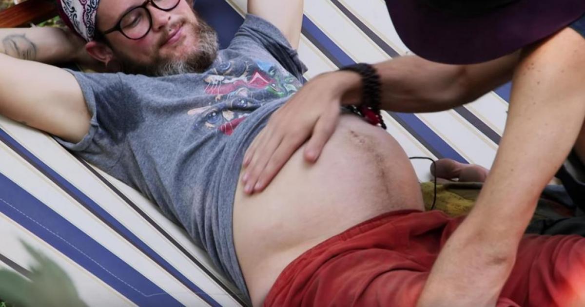 Le couple d'homosexuels devenu célèbre car l'un d'eux était enceinte accueillent un bébé garçon.