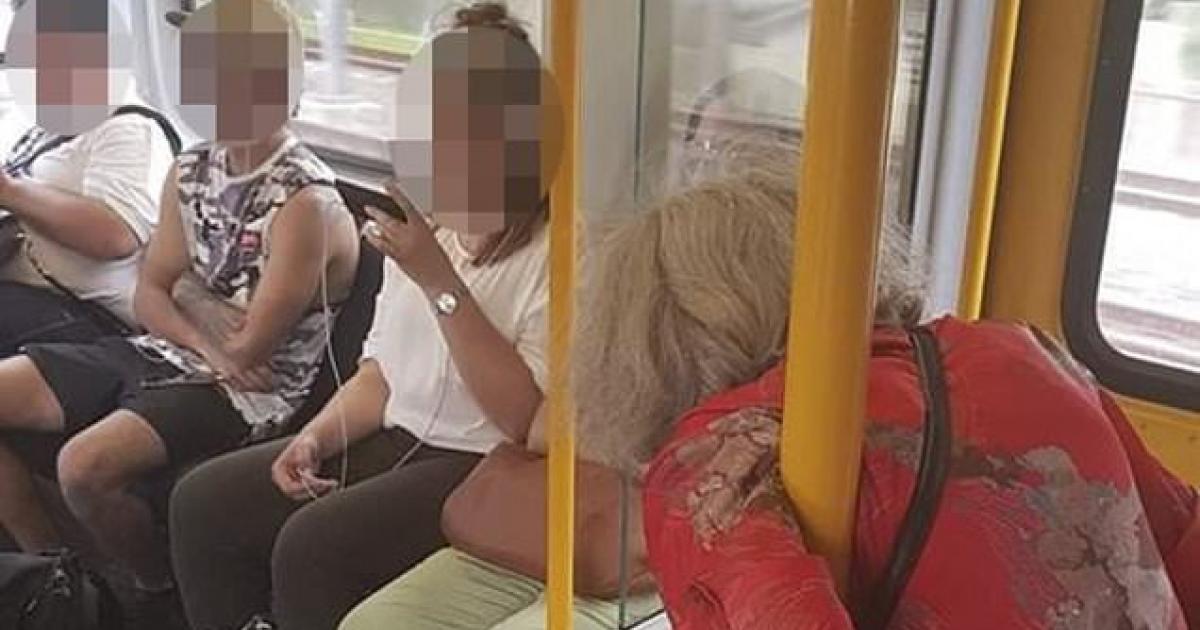 Photo choc: une vieille dame obligée de rester debout alors que des adolescents sont fixés sur leur smartphone
