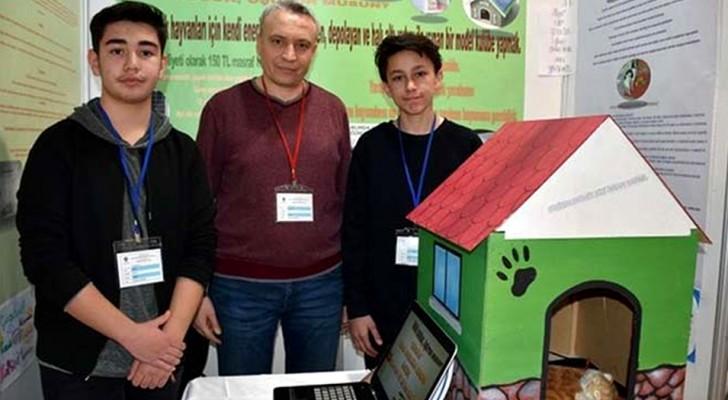 Deux étudiants inventent une niche chauffée à l'énergie solaire pour protéger les chiens et les chats errants du froid hivernal