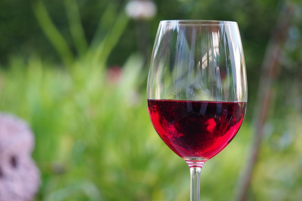 Cancer : boire une bouteille de vin par semaine équivaut à fumer jusqu'à 10 cigarettes
