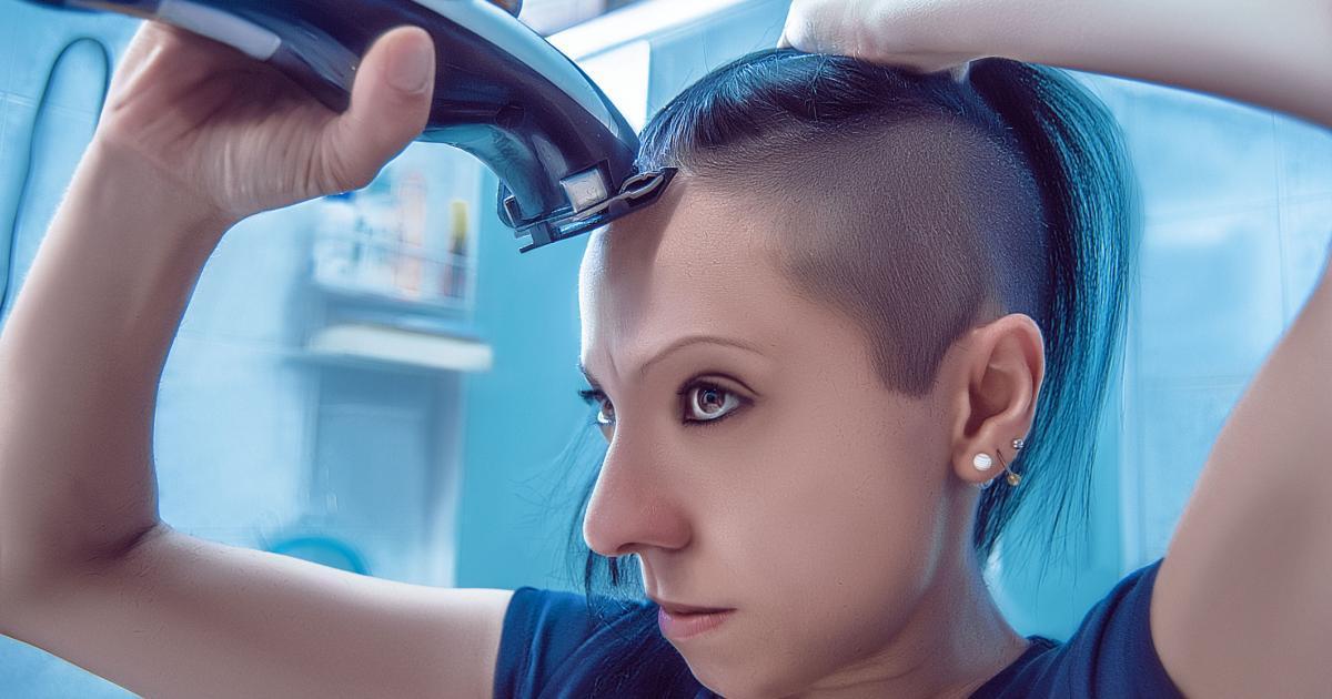 Un père force sa fille à se raser la tête parce qu'elle a harcelé une étudiante luttant contre le cancer qui avait perdu ses cheveux.