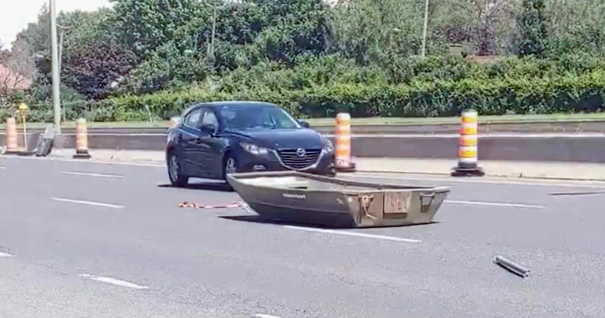 Un automobiliste a perdu sa chaloupe en plein milieu de la route 132.