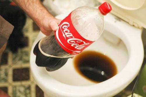 Découvrez 13 utilisations alternatives du Coca-Cola qui vont vous faire réfléchir sur cette boisson — Améliore ta Santé