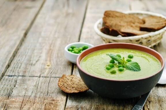 Comment faire une soupe crémeuse aux petits pois et au bacon — Améliore ta Santé