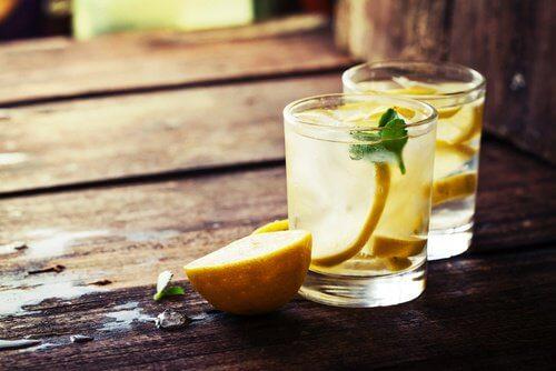 Découvrez les vertus du jus de citron tiède — Améliore ta Santé