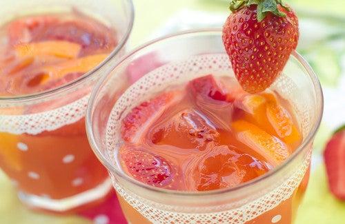Essayez l'eau à la fraise pour détoxifier votre organisme ! — Améliore ta Santé
