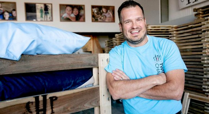 Cet homme généreux a quitté son travail pour construire des lits pour les enfants nécessiteux