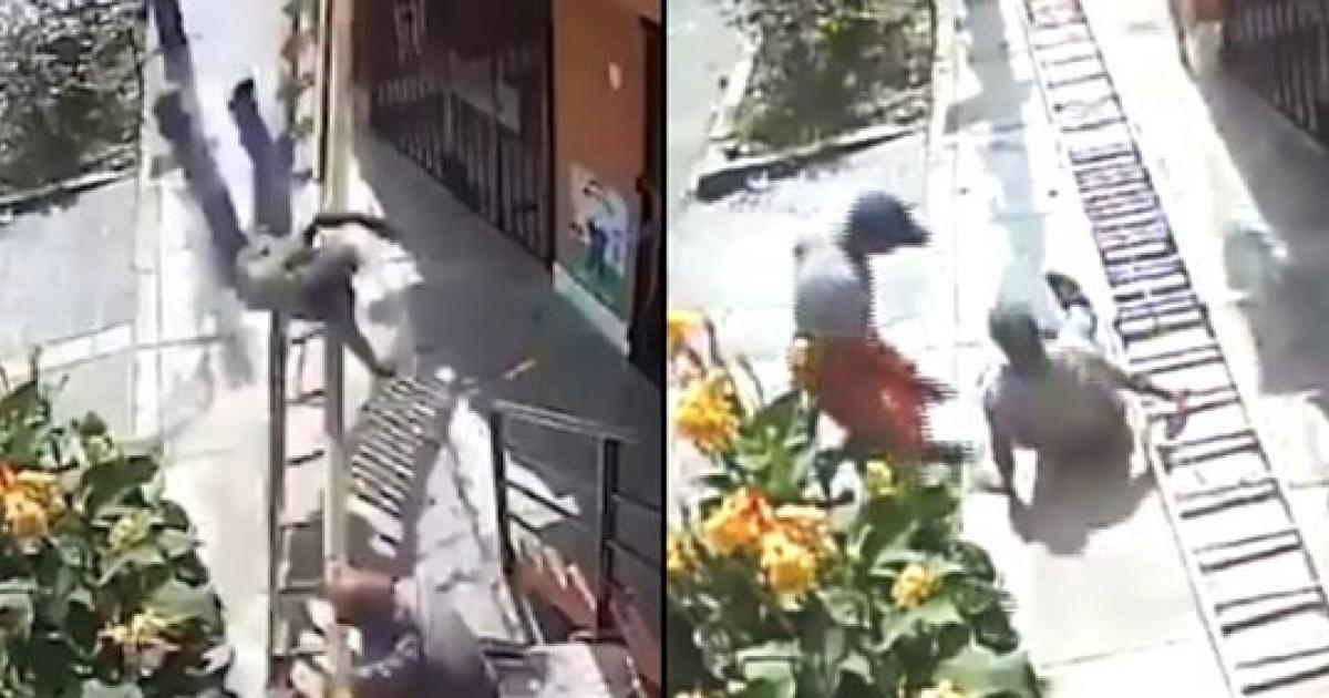 Un homme en chaise roulante secoue violemment une échelle pour faire tomber un peintre.