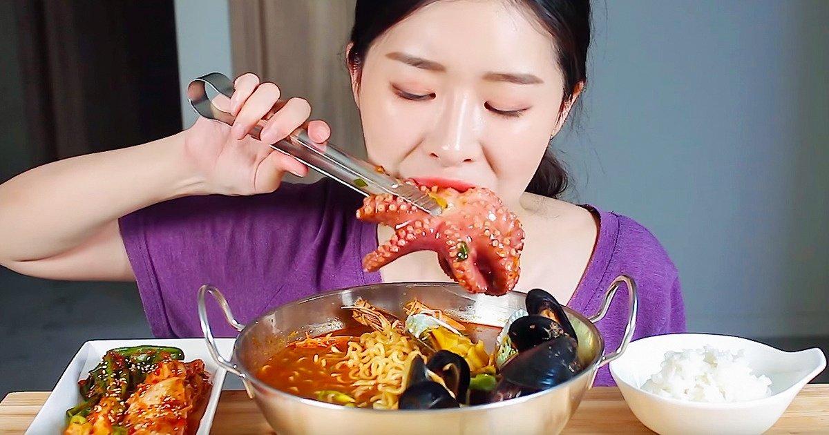 Qu'est-ce que les vidéos ASMR et comment voir des gens manger peut t'aider à te détendre, selon une étude