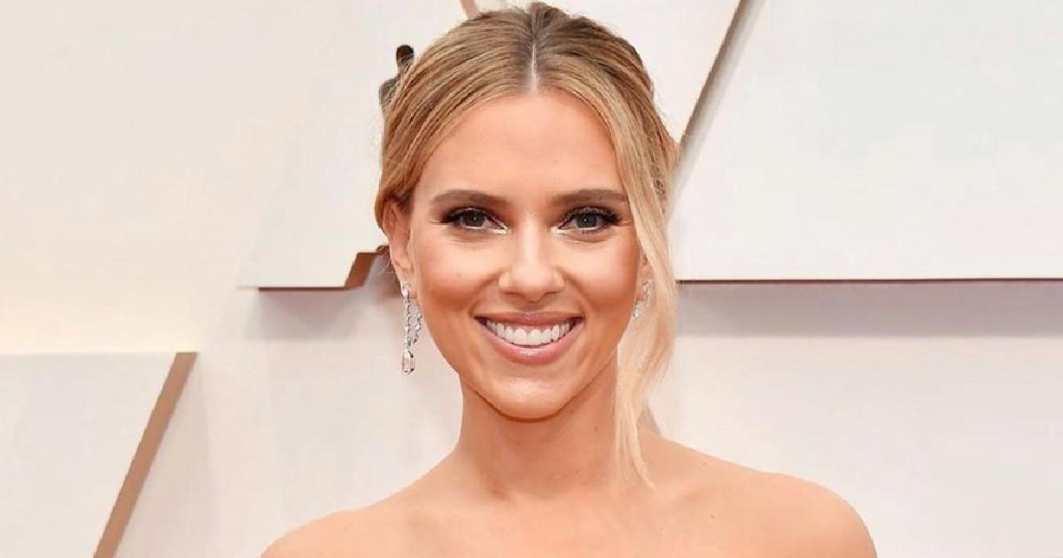 """La robe de Scarlett Johansson fait décrocher les mâchoires à """"l'after party"""" des Oscars"""