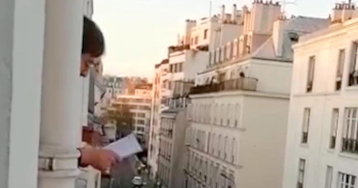 Confinement à Paris: un jeune comédien a trouvé une façon d'apporter de la bonne humeur dans son quartier avec «Questions pour un balcon»!