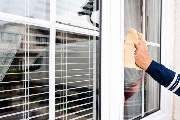 Le produit miracle pour nettoyer l'encadrement de vos fenêtres en PVC