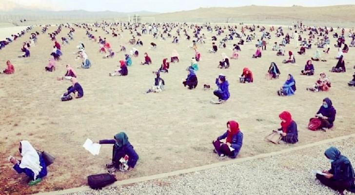 Des centaines d'étudiantes afghanes ont passé les examens d'entrée à l'université sur une immense étendue de sable