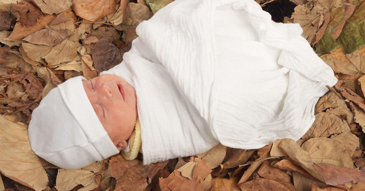 Un bébé abandonné par sa famille a été retrouvé en pleurs dans une pile de détritus