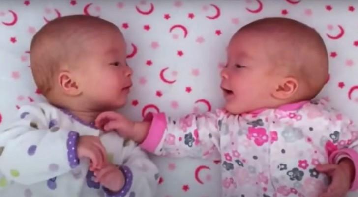 Une mère filme ses jumelles en pleine conversation comme si elles étaient de vieilles amies