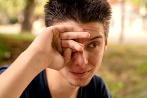 Quelles sont les causes des yeux larmoyants ? – Améliore ta Santé