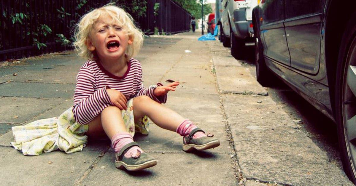 Une mère sans cœur abandonne sa fille de 6 ans sur la route, jette ses vêtements par la fenêtre et s'enfuit avec son petit ami