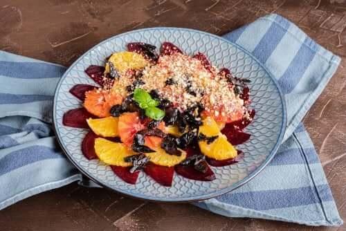 Salade fraîche aux agrumes, dattes et amandes – Améliore ta Santé
