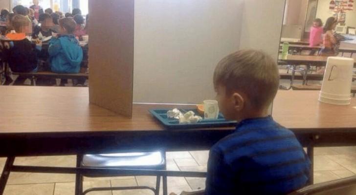 Il arrive à l'école avec une minute de retard et les enseignants l'isolent de ses camarades de classe : sa mère est furieuse