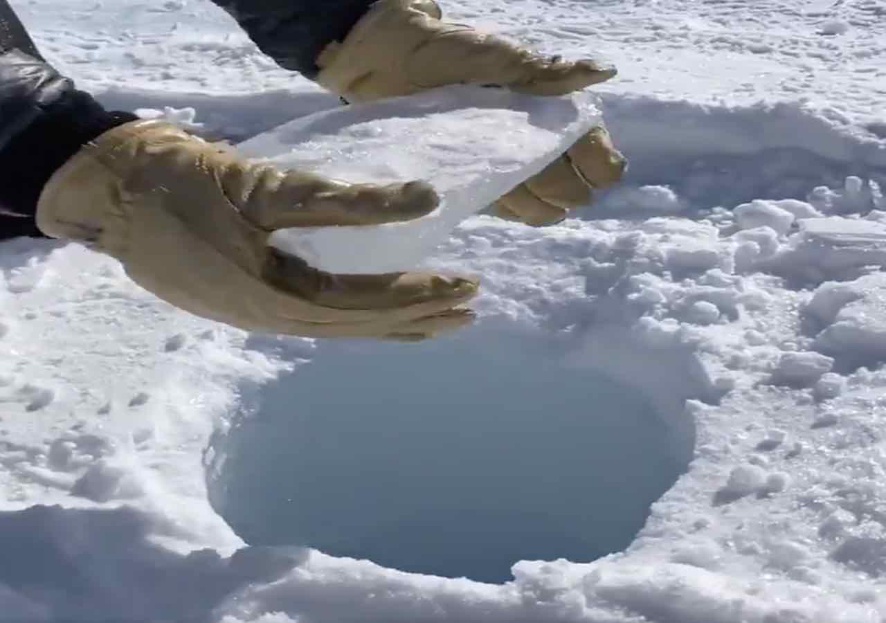 Le bruit de la glace qui tombe dans un trou de 140 mètres ressemble à un combat au pistolet laser!