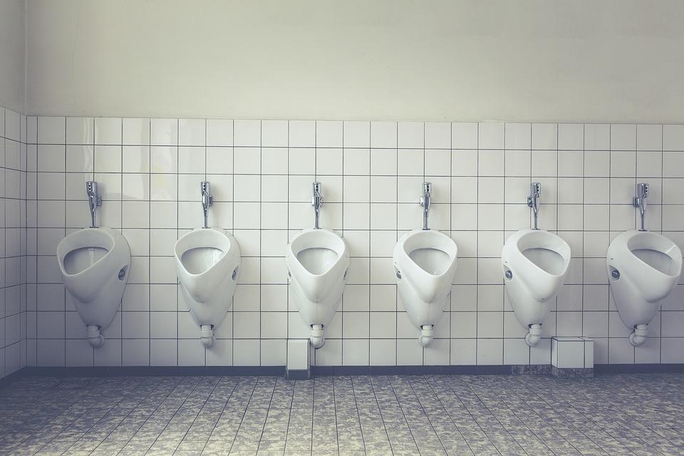 Que se passe-t-il lorsque l'on tire la chasse dans les toilettes publiques ?