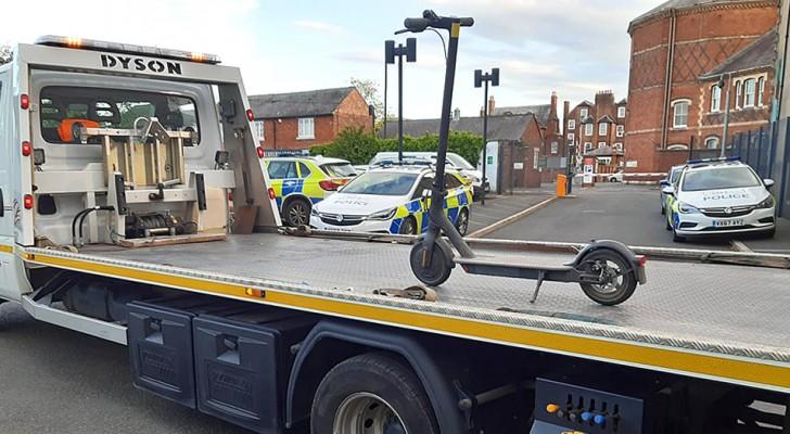Les policiers saisissent une trottinette et la chargent sur un énorme camion de remorquage : ils sont moqués sur les réseaux sociaux