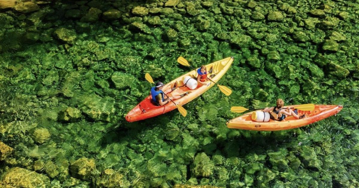Un endroit de rêve au Québec où faire une excursion de 20 km sur une rivière en kayak.