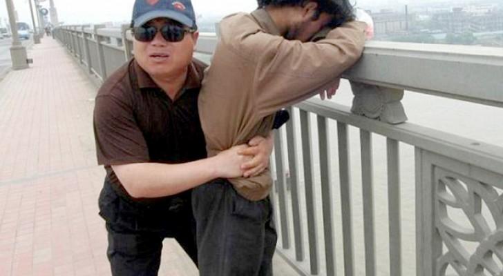 Cet homme garde le même pont tous les jours : en 13 ans, il a sauvé plus de 300 personnes qui voulaient se jeter