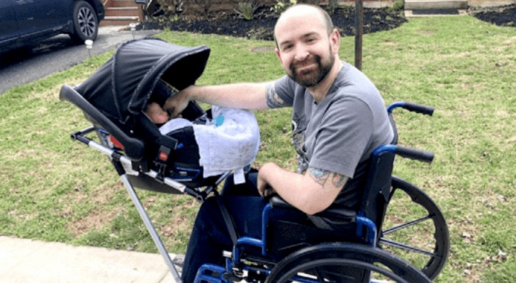 Ils construisent un fauteuil roulant avec une poussette pour ce papa à mobilité réduite : il peut maintenant sortir avec son fils sans problème