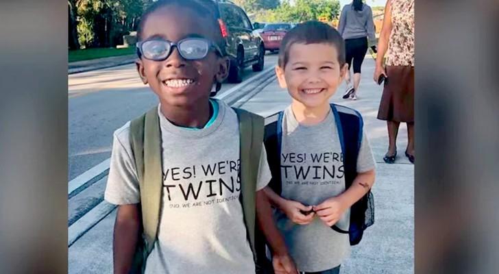 Deux enfants s'habillent de la même façon pour la 'journée des jumeaux' de l'école : pour eux, la seule différence c'est la taille