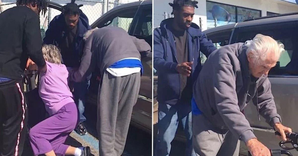 Trois hommes sortent en courant d'une station-service et portent un couple de personnes âgées
